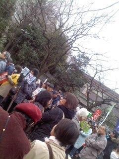 デモを待つ人々.jpg