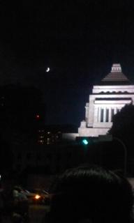 国会と月.jpg